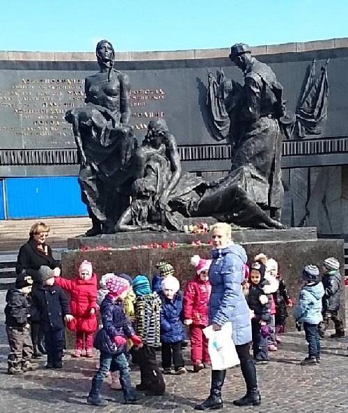 монумент героическим защитникам Ленинграда