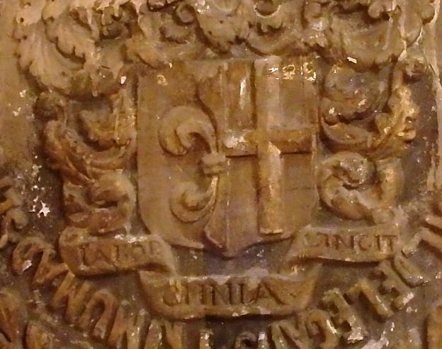 На её логотипе присутствуют сразу три масонских символа – рубанок, циркуль и угольник. Как раз на угольнике и красуется лозунг «Labor Omnia Vincit».